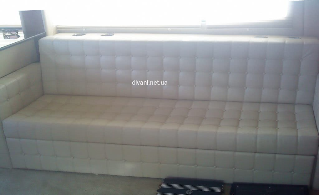 белый диван в клеточку