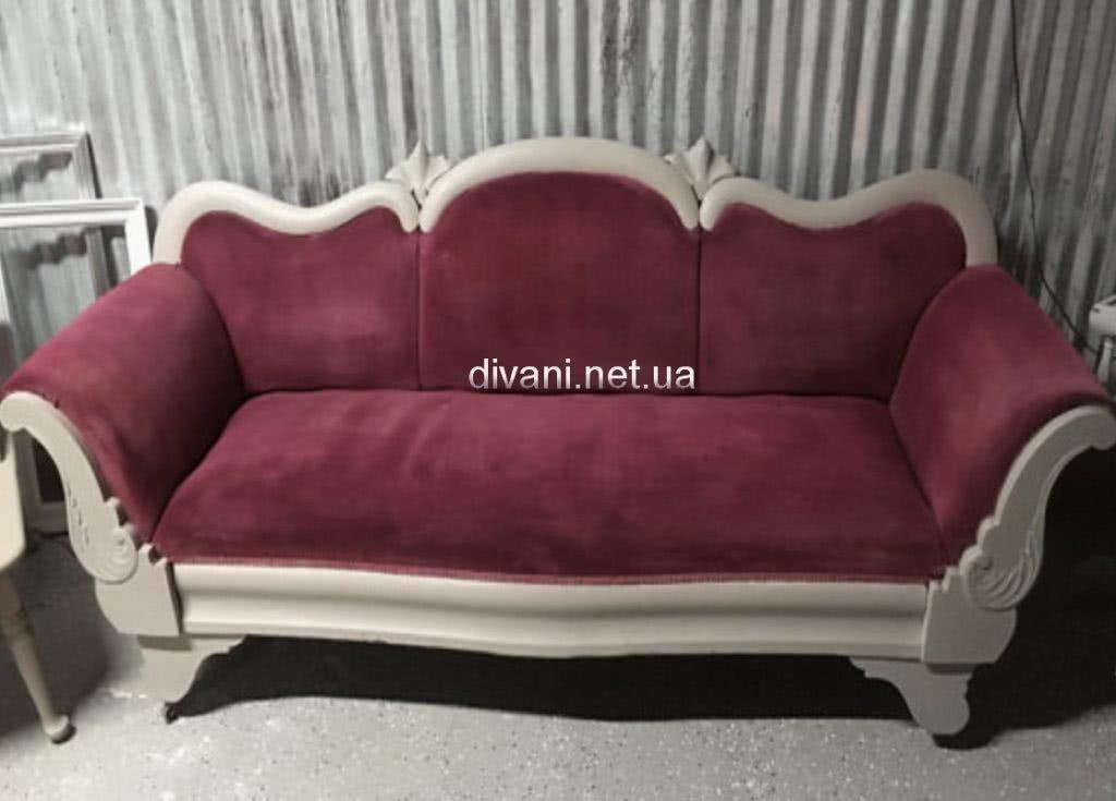классический красный диван
