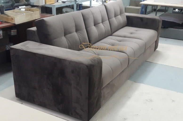 коричневый диван в скандинавском стиле