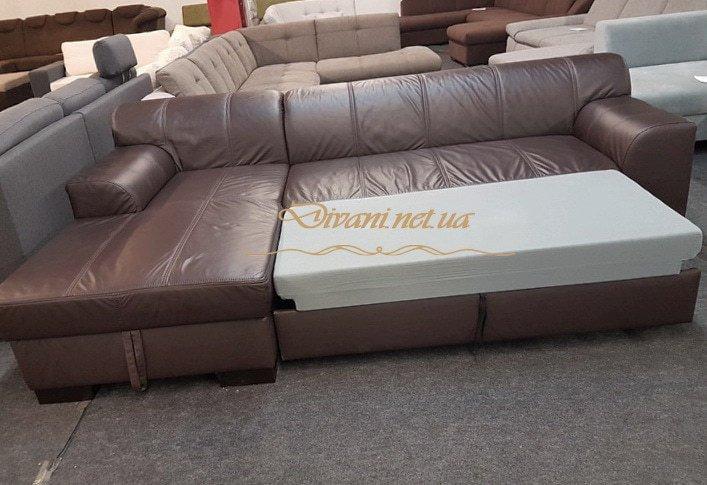 коричневый диван со спальным местом