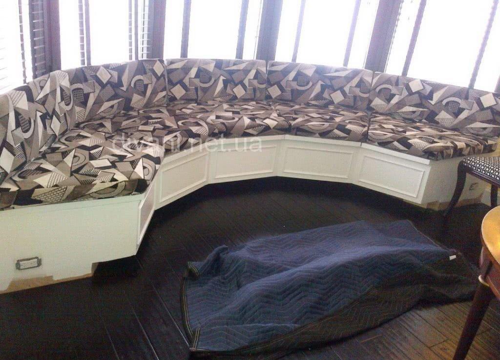 круглый диван в эркер