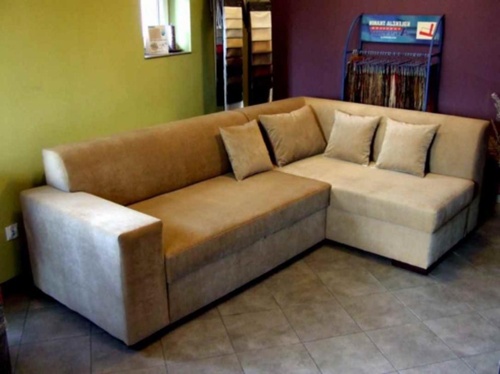 маленький угловой диван с подушками