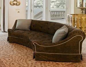угловатый градусный диван
