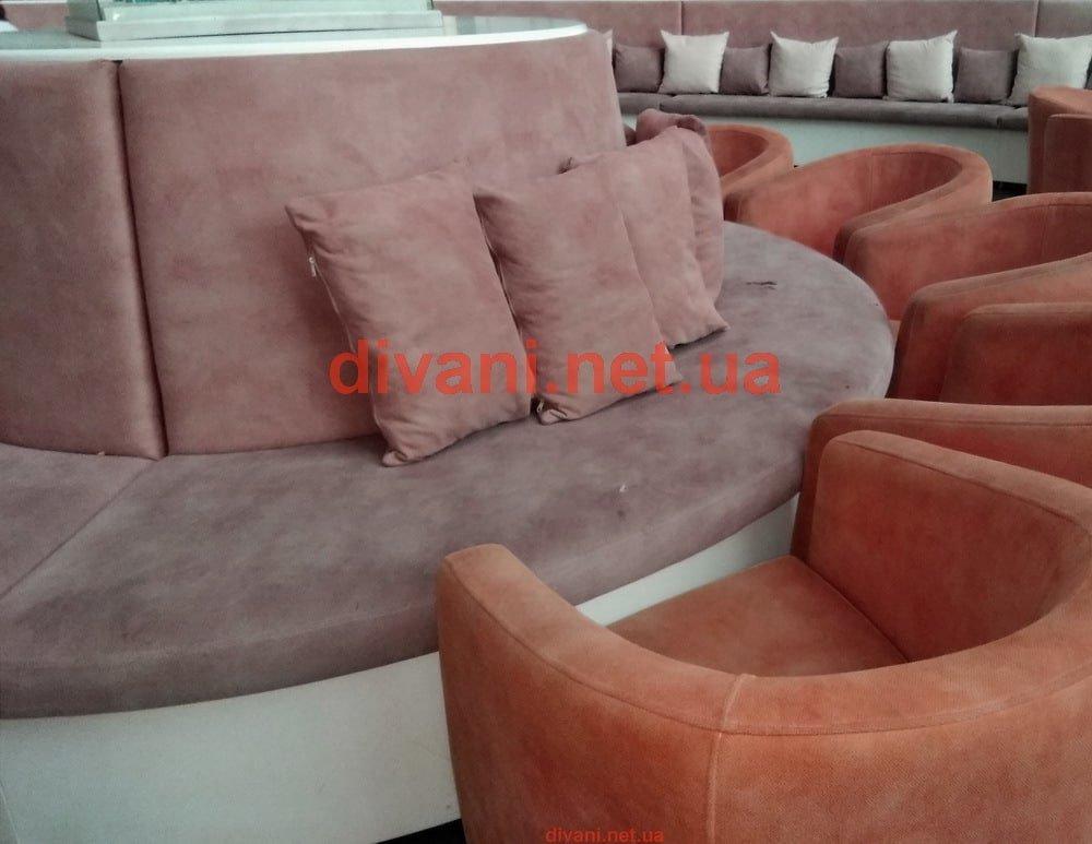 круглый диван для рецепции гостинной