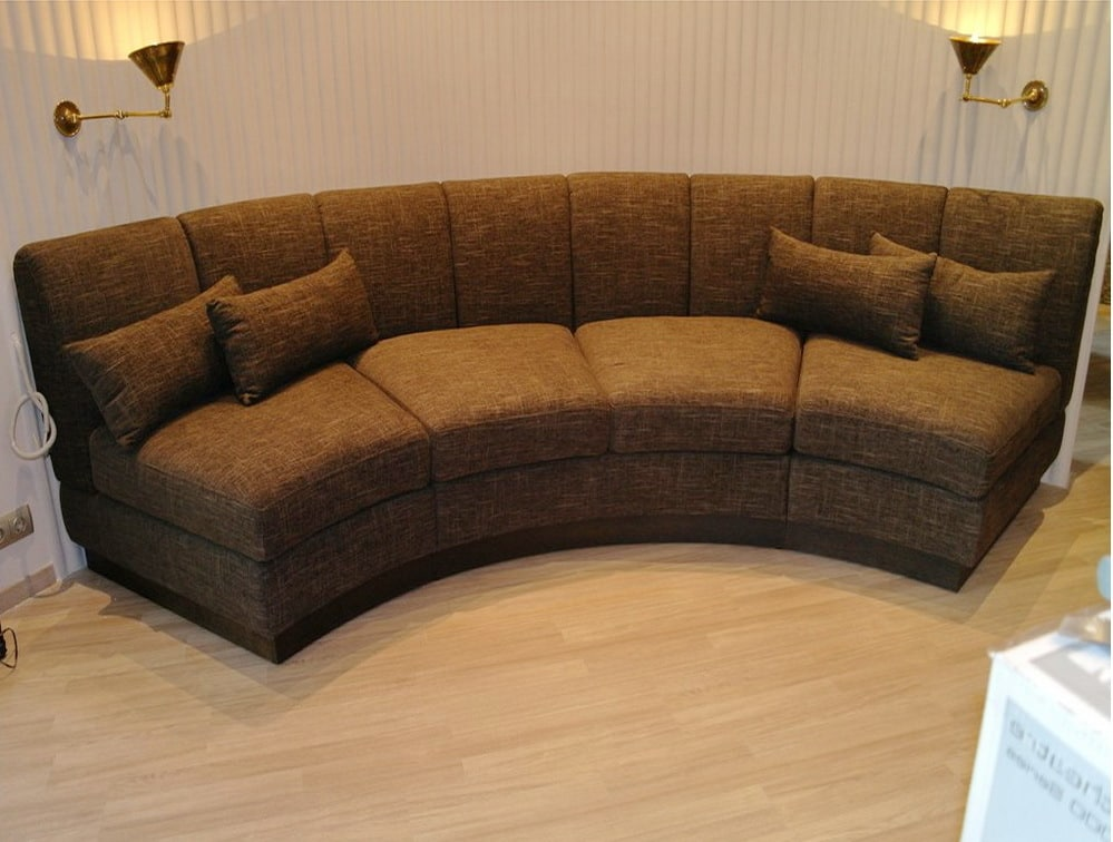 округлый диван подушками