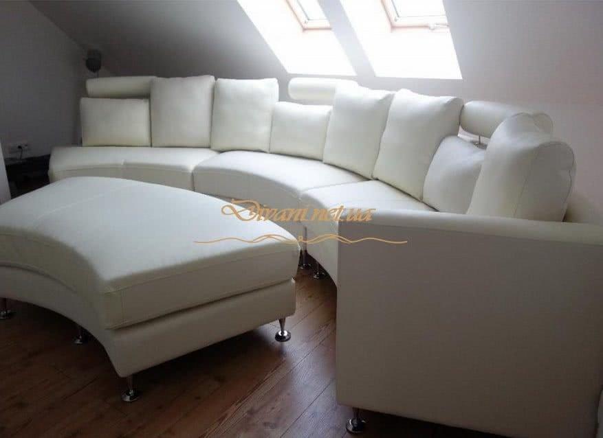 белый круглый диван с подушками