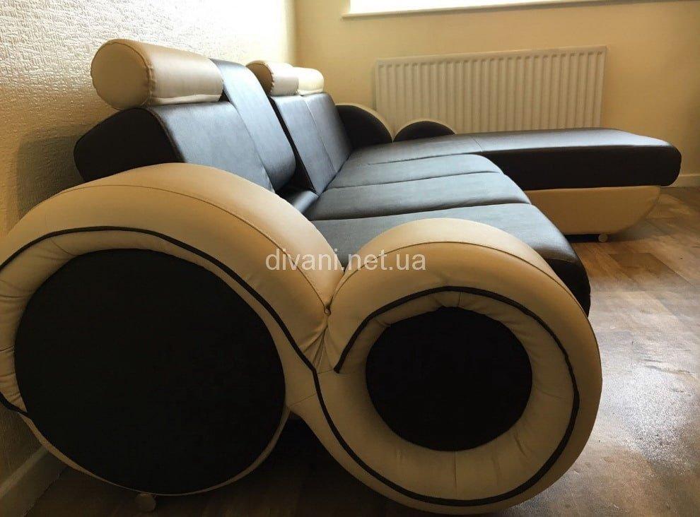 диван с необычными подлокотниками