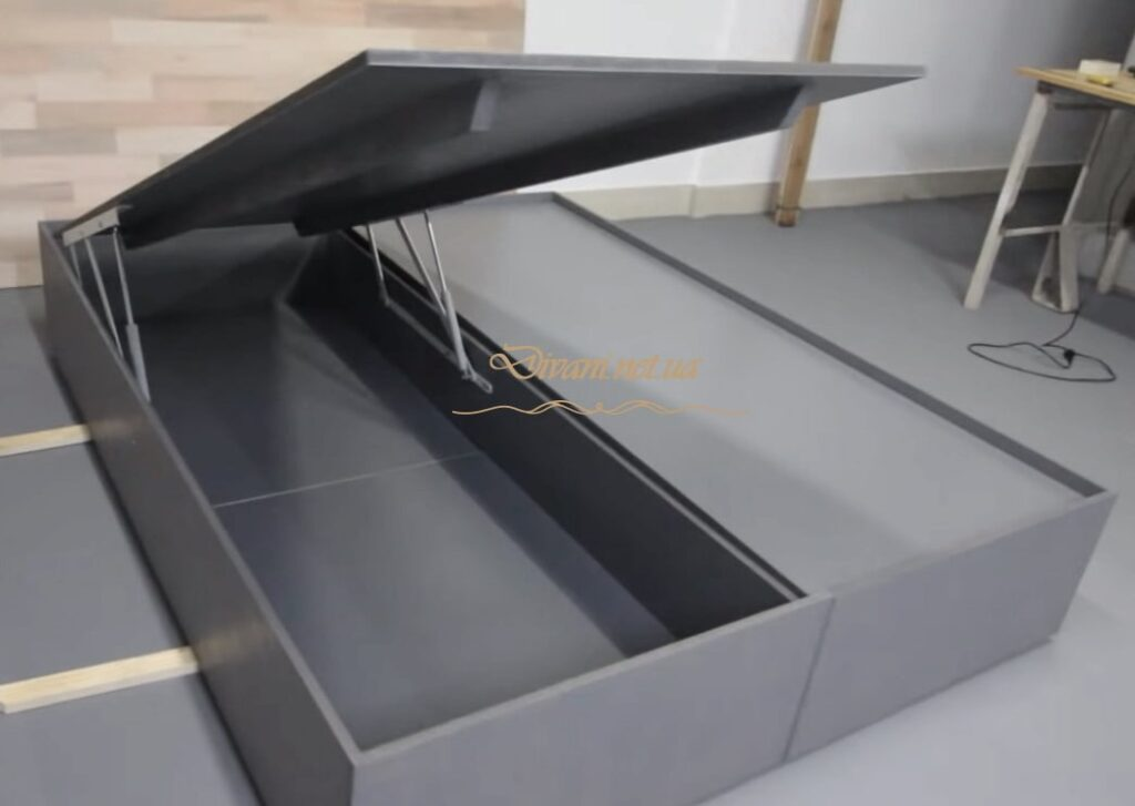 подиум с подъемным механизмом