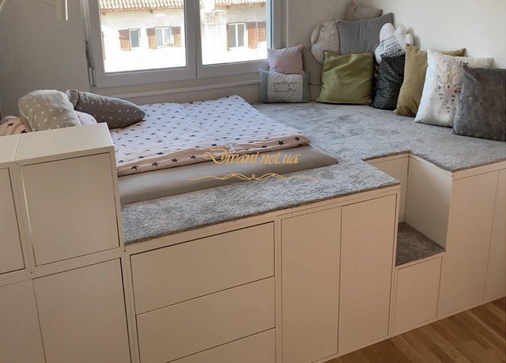 подиум в спальню с ящиками и столом