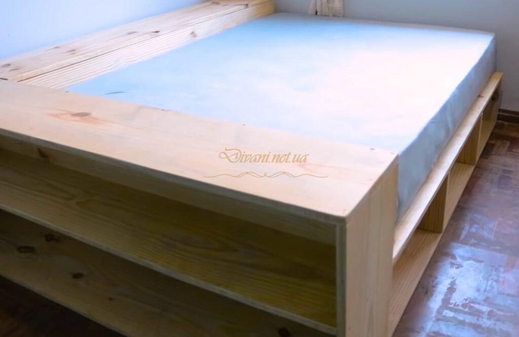 деревянный подиум с ящиками