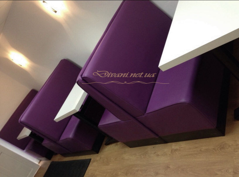 мягкая мебель сиреневого цвета в кафе