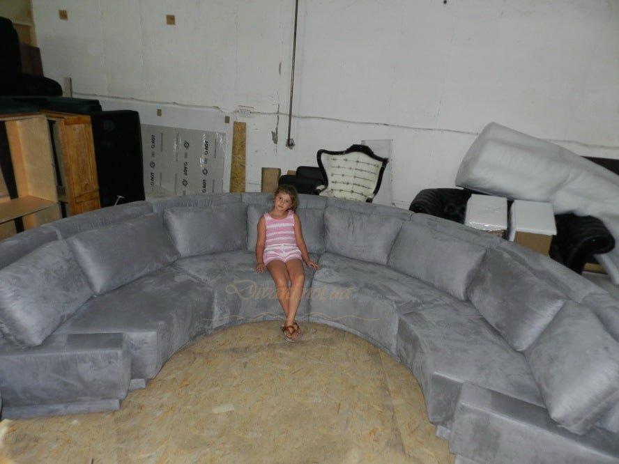 Варя на диване