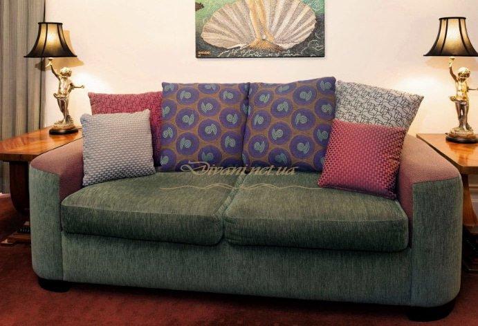 прямой зеленый диван с синими подушками для гостиницы Выжгород