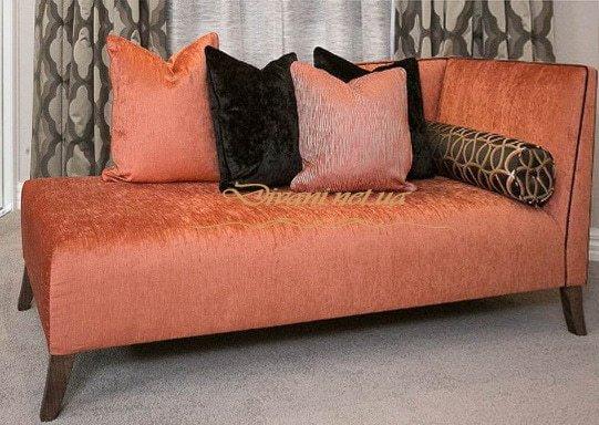 прямой розовый диван с подушками для спальни