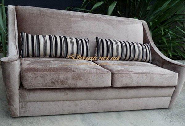 прямой синий диван с красными подушками полосатые подушки