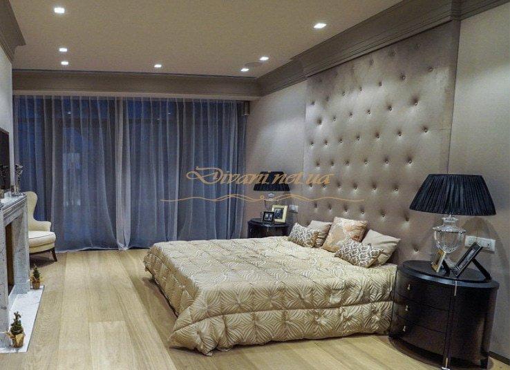 кровать с изголовьем до потолка