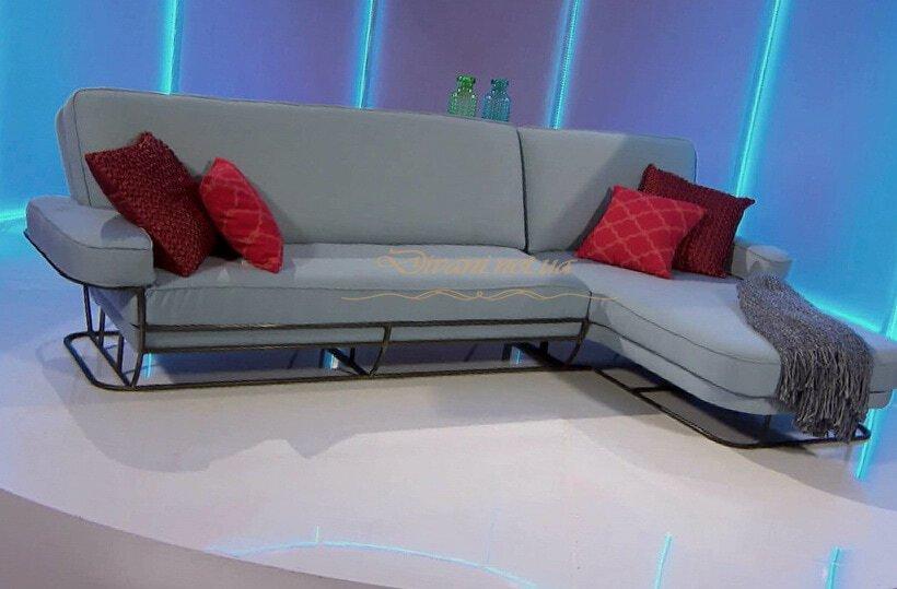 серый угловой диван с красными подушками
