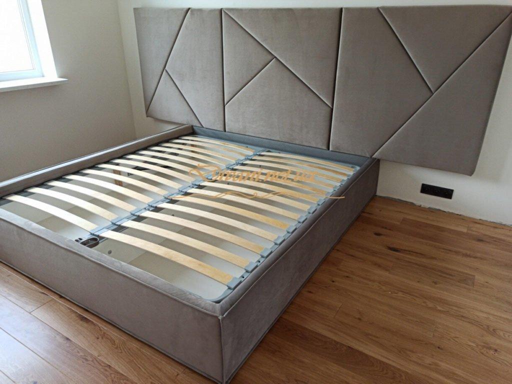 серая дизайнерская мягкая кровать на заказ