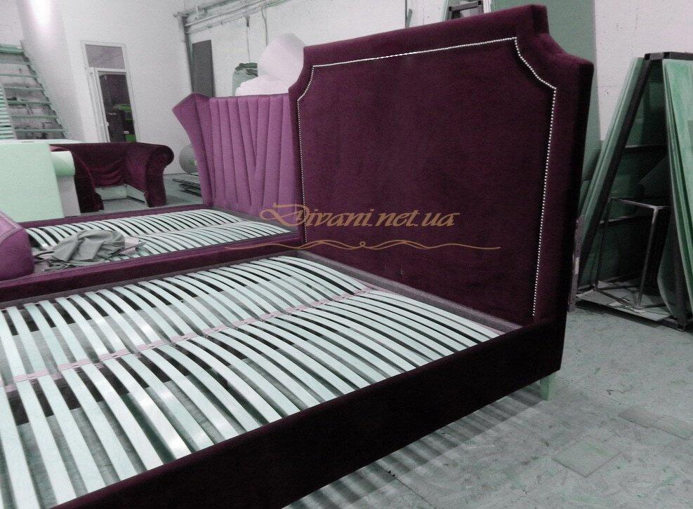 кровать темно красная