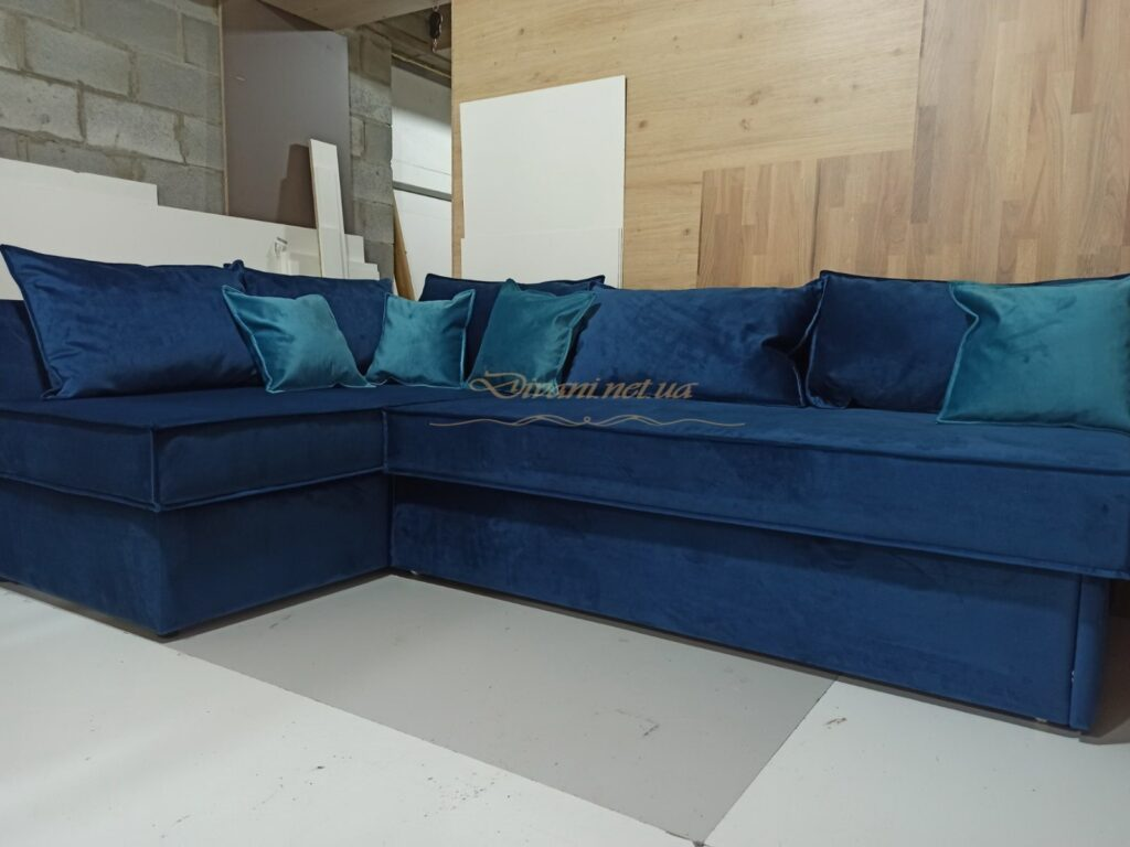 угловой синий диван с подушками